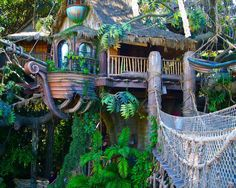 Awesome Treehouse Masters Design Ideas that will Make You Dream to Have It - DecOMG Beautiful Tree Houses, Beautiful Homes, Awesome Tree Houses, Cool Tree Houses For Kids, Treehouse Living, Backyard Treehouse, Treehouse Cabins, Treehouse Ideas, Tree House Designs