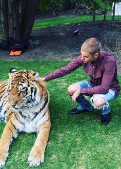Justin Bieber é criticado por ativistas após posar com tigre acorrentado #Eventos, #Festa, #Instagram, #JustinBieber, #M http://popzone.tv/2016/05/justin-bieber-e-criticado-por-ativistas-apos-posar-com-tigre-acorrentado.html