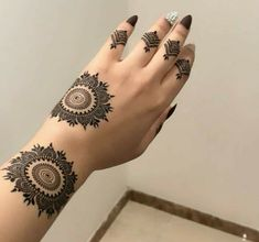 Beautiful Easy Finger Mehndi Designs Styles contains the elegant casual and formal henna patterns to try for daily routines Round Mehndi Design, Modern Henna Designs, Henna Tattoo Designs Simple, Finger Henna Designs, Henna Art Designs, Mehndi Design Pictures, Mehndi Designs For Girls, Wedding Mehndi Designs, Mehndi Designs For Fingers