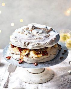 Meringue Pavlova, Meringue Food, Just Desserts, Delicious Desserts, Dessert Recipes, Yummy Food, Yummy Snacks, Tiramisu, Sweets