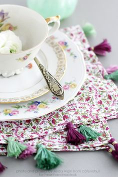 Perfect for the Christmas Dinner Table. How To Make Super Simple Tassel Napkins For The Best Dinner Party Ever! http://www.hearthandmade.co.uk/napkins/