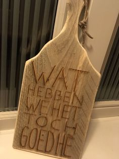 Snijplank met leuke tekst Pyrography, Little Gifts, Wood Burning, Wood Art, Kitchen Design, Letters, Prints, Diy, Craft Ideas