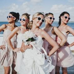Crushing on these Top 15 Must Have Ways to Strike a Pose with Your Leading Ladies! (via wedding bee)