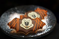 Your cadaverous pallor betrays an aura of foreboding - almost as if you sense a disquieting metamorphosis … are Halloween treats actually materializing? Today marks the first day of Halloween Time at Disneyland Resort, and to Halloween En Disneyland, Comida Disneyland, Disneyland Resort, Disneyland Trip, Fall Treats, Halloween Treats, Halloween Cookies, Scary Halloween, Happy Halloween