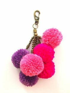 fabriquer un pompon porte cle femme violet rose