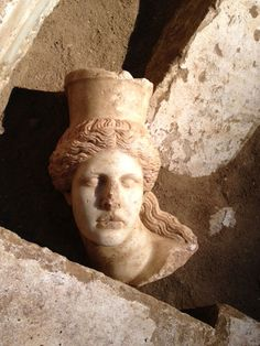 Sphinx's missing head found deep within Alexander the Great-era tomb: Female face adds weight to archaeologists' hopes it could hold the ancient ruler's mother Alexander The Great, Ancient History, Art History, Roman History, Alexandre Le Grand, Ancient Tomb, Ancient Greek Architecture, Greek Culture, Ancient Greece