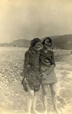 pinner wrote: Vintage friends getting their toes wet together. Vintage Pictures, Old Pictures, Vintage Images, Old Photos, Old Pics, Photo Vintage, Vintage Love, Vintage Beauty, Fotografia Retro