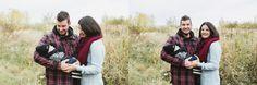 Fall photos fall autumn outdoor photo session family baby pregnancy. Fall mini session idea photo in a wild field colourful leaves wood logs. Photos de famille maternité d'automne à l'extérieur. Photographe famille maternité enfant bébé Saguenay. Idée de minis séances d'automne champ sauvage chaise couverture bûche de bois. |Lisa-Marie Savard Photographie |Montréal, Québec