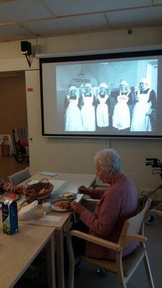 Katsotaan vanhanajan kuvia ruokailun aikana
