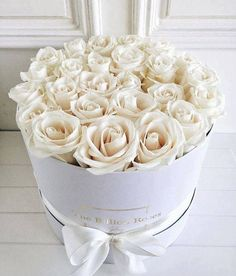 Order bulk roses from Costco or Sam's Club and arrange in customized hat boxes for the centerpieces at a shower, rehearsal dinner or wedding --The Billion Roses - White roses bouquet Fresh Flowers, Pretty Flowers, White Flowers, Billion Roses, Bulk Roses, Rosen Box, Luxury Flowers, Flower Boxes, Hat Box Flowers