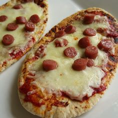 The Slimming Mama: Slimming World Pitta Pizzas - Weight Watchers Love Fibre Pitta HEB, only syns for sausage - low fat mini pepperoni each), frankfurter each) Slimming World Tips, Slimming World Dinners, Slimming World Recipes Syn Free, Slimming Eats, Pitta, Cheddar, Sliming World, Cooking Recipes, Healthy Recipes