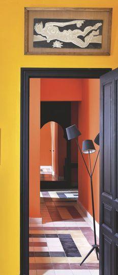 Dans le couloir, des couleurs vitaminées et des carreaux déco. Plus de photos sur Côté Maison http://petitlien.fr/84xd