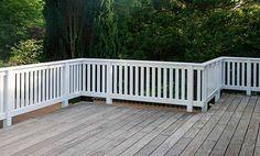 Terrassendeck aus Holz mit weißem Balkongeländer aus Hartholz