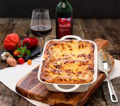 """Es gibt ihn, den """"National Lasagne Day""""! Zwar nur in den USA, aber das hält uns nicht davon ab, mit unserer Blitzlasagne mitzufeiern. Mit QimiQ Saucenbasis brauchst du keine Béchamelsauce zubereiten. Delicious Recipes, Yummy Food, Ober Und Unterhitze, Cheese, Usa, Lasagna, Food And Drinks, Souffle Dish, Pork"""