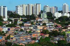 Manauksen profiilissa näkyy sekä kaupungin rikkaiden osien pilvenpiirtäjät että köyhät slummit.