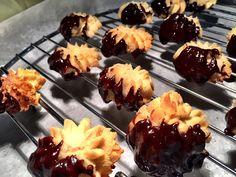 Βιεννέζικα μπισκότα βουτύρου βουτηγμένα σε σοκολάτα γάλακτος ΙON - ION Sweets Chocolate Fondue, Muffins, Pudding, Tasty, Sweets, Cookies, Desserts, Recipes, Food