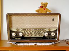 La radio, no había tele, en ella se oían , cuentos, noticias, peticiones del oyente y a Elena Francis