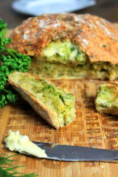 Brot backen kann so einfach sein - mein schnelles Kräuterbrot braucht nicht lange aufgehen und schmeckt unglaublich frisch.