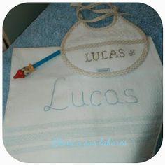 Babero bordado a punto de cruz y toalla bordada a mano, ambos personalizados con nombre, realizado por http://elenaysuslabores.blogspot.com.es/