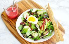 Весьма необычное вкусовое сочетание сделает такой салат незабываемым, а рецепт заправки к этому блюду мы советуем вам сохранить отдельно. Он вам может пригодиться.
