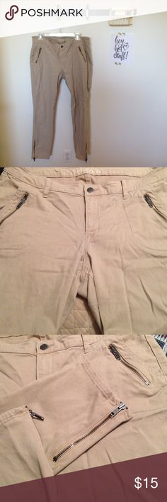 Old Navy Rockstar Zippered Skinny Khakis size 16 Old Navy Rockstar Zippered Ankle Skinny Khakis size 16. Good condition. Clean, smoke free home. Old Navy Pants Skinny