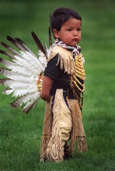 Adorable Toddler Siblings In Pow Wow Regalia As we continue to celebrate pow wow season, it's hard not to include adorable photos of the . Native American Children, Native American History, American Indians, Native American Beauty, Precious Children, Beautiful Children, Beautiful Babies, Beautiful Beautiful, Pow Wow
