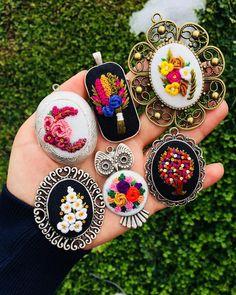 Tutun kollarımdan düşerim şimdi. Yorgunum dostlarım yorgunum yorgun Embroidery Jewelry, Embroidery Stitches, Embroidery Patterns, Diy And Crafts, Arts And Crafts, Brazilian Embroidery, Flower Doodles, Punch Needle, Handmade Accessories