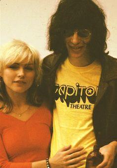 """Debbie Harry e Joey Ramone em fotografia de 1978 de Roberta Bayley no acervo da exposição """"Punk: Chaos to Couture"""" (Punk: Caos para a Alta-Costura).  Veja mais em: http://semioticas1.blogspot.com.br/2013/07/punk-de-grife.html"""