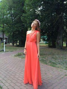 Платье на одно плечо со складками