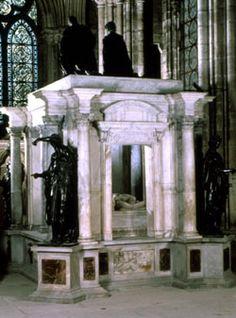 """Tombeau de Henri II et Catherine de Médicis, conçu par le Primatice comme un temple antique. Les bas reliefs du soubassement exaltent des valeurs catholiques.-Le projet de la rotonde au N de l'abbatiale, mené en pleine guerre de Religion, ne sera jamais achevé. Menaçant ruine, """"la rotonde des Valois"""" est démolie au début du 18°s. Le tombeau d'Henri II et de Catherine de Médicis réalisé de 1560 à 1573, qui se trouvait au centre de la rotonde, est alors installé dans la basilique."""