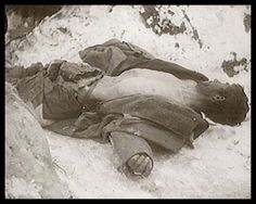 """Stalingrad, Feb 1943. Fallen, very thin German soldier. """"Fast bis zur Skelettierung ausgemergelt wurde auch dieser deutsche Soldat von Russen ausgeplündert. Moral? - die gibt es in diesem verdammten Krieg auf beiden Seiten oft nicht. Viele Leichname werden von den Russen nach Wertgegenständen durchsucht. Grundsätzlich ist das untersagt, aber von den Offizieren der Roten Armee wird es geduldet."""""""