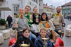 Die jeweiligen 3 Erst-, Zweit- und Drittplatzierten des Bobby-Car-Rennens während der Autoschau 2013 in Tettnang
