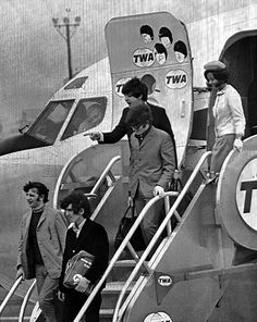 Beatles arrival at John F. Kennedy International Airport in New York, on August 1965 Trans World Airlines Liverpool, Great Bands, Cool Bands, The Beatles, Beatles Photos, Funny Commercials, Funny Ads, Funny Pranks, Funny Images
