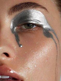 Silberner Lidschatten Make-up-Inspiration Beauty-Fotografie Metallic Makeup Inspo, Makeup Art, Hair Makeup, Makeup Ideas, Alien Makeup, Devil Makeup, Witch Makeup, Body Makeup, Makeup Tips