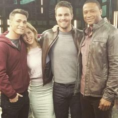 Stephen Amell, Colton Haynes, Emily Bett Rickards and David Ramsey Arrow Tv Series, Cw Series, Arrow Serie, Stephen Amell Arrow, Arrow Oliver, David Ramsey, Oliver And Felicity, Felicity Smoak, Arrow Cast