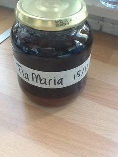 Uit mijn keukentje: likeur zelf maken. Recept Zelf gemaakte Tia Maria 1 liter 1 liter jenever 10 zakjes vanille suiker 300 gram bruine basterdsuiker 160 stuks koffiebonen. Alles bij elkaar en elke dag omschudden 6 weken lang. Na deze 6 weken zal je zien dat er bijna geen koffiebonen meer terug te vinden zijn in dit drankje, maar toch heb ik op advies van mijn vriendin het eerst gezeefd. Nu is hij klaar om te drinken... Erg lekker met een flinke toef slagroom naast een bak koffie of zelfs…
