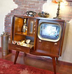 Coolest Repurposed Old Tvs Ideas - Craft Coral 1950s Radio, Radios, Book Cabinet, Vintage Television, Vintage Tv, Vintage Table, Tv Cabinets, Retro Home, Reuse