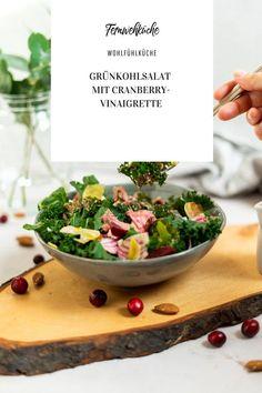 Der Grünkohlsalat mit Cranberry-Vinaigrette ist ein wunderbares Rezept aus der Winterküche und passt ganz wunderbar in meine Wohlfühlküche! Das Vinaigrette passt natürlich auch wunderbar zu anderen Wintersalaten, probier es einfach mal aus! #grünkohl #grünkohlsalat #cranberryvinaigrette #grünkohlrezept #rezepte Foodblogger, Vinaigrette, Serving Bowls, Place Card Holders, Tableware, Kale Recipes, Chef Recipes, Simple, Dinnerware