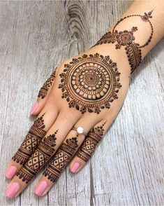 As the time evolved mehndi designs also evolved. Now, women can never think of any occasion without mehndi. Let's check some Karva Chauth mehndi designs.Legs are a very beautiful canvas for showcasing Mehndi. It is a tradition for the Indian bride to Finger Henna Designs, Indian Mehndi Designs, Latest Bridal Mehndi Designs, Mehndi Designs For Girls, Mehndi Designs For Beginners, Mehndi Design Photos, Mehndi Designs For Fingers, Mehndi Designs For Hands, Round Mehndi Design