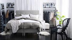 Trivelig soverom med åpen klesoppbevaring
