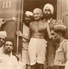 Mahatma Gandhi sul treno, in viaggio per l'India