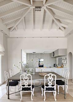 Без узора из потолочных балок интерьер мансардного помещения был бы пустым и холодным