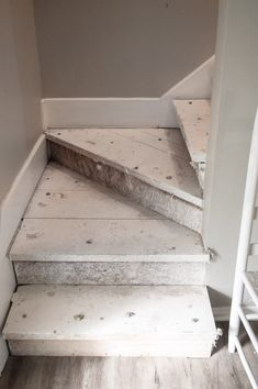 Here's how to achieve a rustic unfinished look for your staircase! Interior Design Living Room, Interior Decorating, Decorating Ideas, Redo Stairs, Staircase Design, Staircase Molding, Narrow Staircase, Staircase Ideas, Traditional Staircase