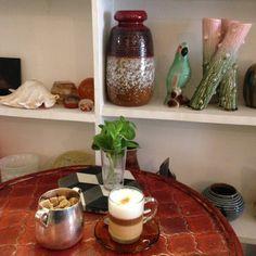 Le Café Curieux, 3 rue Scipion 75005 Paris. Ouvert du mercredi au dimanche, de 10h à 20h. Le café est à 1€ ! Le latte à 3, la citronnade à 2,50€ et les parts de gâteau à 2€.