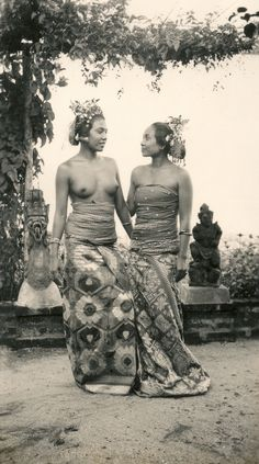 Balinese women (Underground PFV Uitgeverij) Tags: girls people bali history indonesia 1930s women asia southeastasia ceremony culture statues topless hinduism sarong barebreasted nederlandsindië traditionalcostumes dutcheastindies