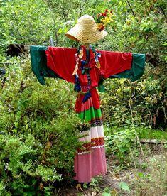 Make A Scarecrow, Scarecrow Ideas, Scarecrows For Garden, Garden Whimsy, Garden Junk, Herb Garden, Garden Angels, Glass Garden, Garden Totems