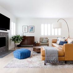 It's my new favorite kinda post - swipe for today's before&after featuring a living room we recently wrapped ! @amybartlam