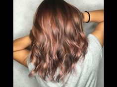 This new hair color trend is, for once, for brunette .- Dieser neue Haarfarben-Trend ist ausnahmsweise mal für brünette Frauen Pastel tones on brown hair? This is possible with the new trend hair color rosé brown. Brown Hair Shades, Brown Hair Colors, Hair Colours, Rose Gold Brown Hair Color, Copper Rose Gold Hair, Metallic Hair Color, Blue Hair, New Hair Color Trends, Hair Trends