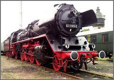 Dampflok BR 41 beim Eisenbahnfest im Bw Schöneweide. Locomotive Diesel, Steam Locomotive, Holland, Railroad Bridge, Old Trains, Train Engines, Train Car, Commercial Vehicle, Steam Engine