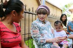 予防接種の順番を待つ幼児を抱きながら母親と話す黒柳徹子さん(中央)=18日、フィリピン中部レイテ島(共同) ▼19Jun2014共同通信|黒柳さん、継続支援を呼びかけ ユニセフ、比被災地訪問で http://www.47news.jp/CN/201406/CN2014061901001508.html #Haiyan #UNICEF #Tetsuko_Kuroyanagi